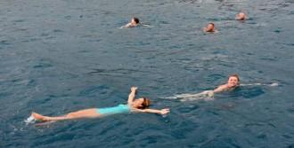 Rus Turistler, Yağmurda Denize Girdi