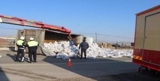 Salihli'de Tır Devrildi: 1 Yaralı