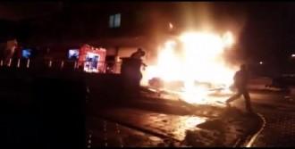 Sancaktepe'de 3 Araç Alev Alev Yandı