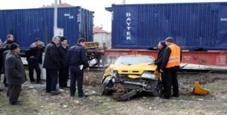 Sandıklı'da Trenle Otomobil Çarpıştı!