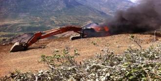 Şemdinli'de 1 İş Makinası Ateşe Verildi