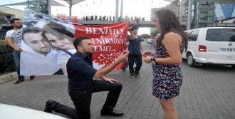 Sevgiliye Pankartlı Evlenme Teklifi