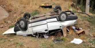 Sivas'ta Otomobil Şarampole Yuvarlandı