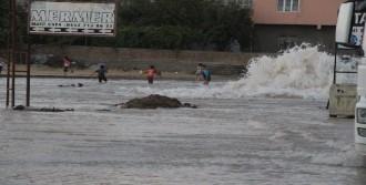 Su Borusu Patladı, İlçe Göle Döndü