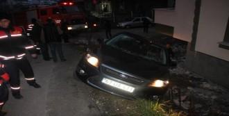 Sürücünün Kaydırdığı Otomobil Duvarda Askıda Kaldı