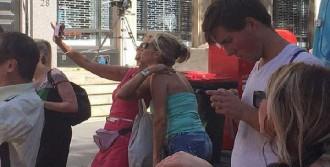 Rehine Krizini Gören Turistler Selfıe Merakı