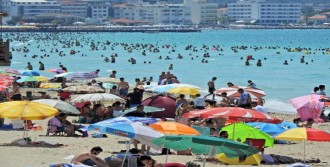 Tatilciler Çeşme Sahilini Doldurdu