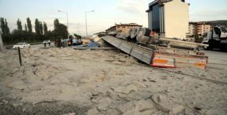 Tokat'ta Çimento Yüklü TIR Devrildi