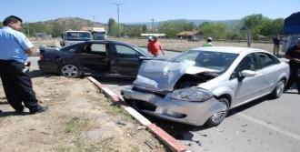 Tosya'da İki Otomobil Çarpıştı: 3 Yaralı