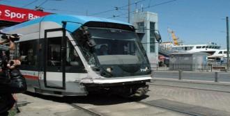 Tramvay Otobüsle Çarpıştı: 3 Yaralı