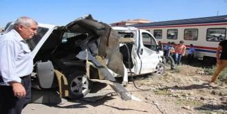 Trenin Çarptığı Minibüsteki 2 Kişi Yaralandı