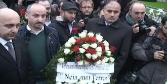 Türk STK'lar Berlin'de Fransız Büyükelçiliği'ne Çiçek Bıraktı