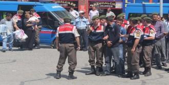 Tutuklanan Anneleriyle Cezaevine Gittiler