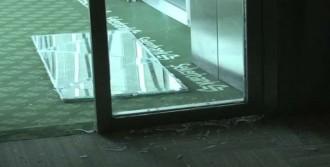 Uçağı Kaçıran Yolcular Kapıları Kırdı