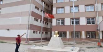 Türk Bayrağı Göndere Çekilmedi