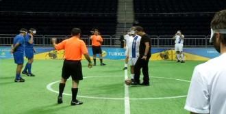 Ünlüler Gözleri Bağlı Futbol Oynadı