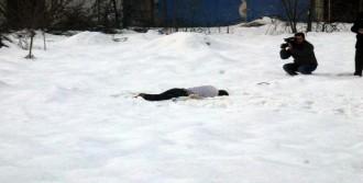 Genç Karlar Üzerine Yığılıp Kaldı