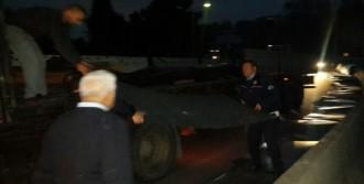 Viraja Hızlı Giren Tır'daki Saclar Yola Saçıldı