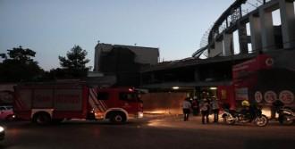 Stadın Çatı İskeleti Düştü: 2 Yaralı