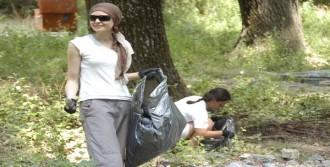 Yabancı Öğrenciler Piknikçilerin Çöpünü Topladı