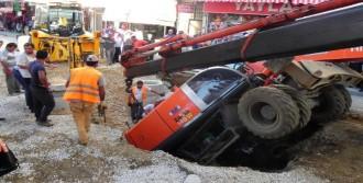 Yol Çöktü, İş Makinası İçine Düştü