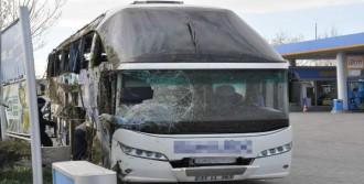 Yolcu Otobüsü Yan Yattı: 21 Yaralı