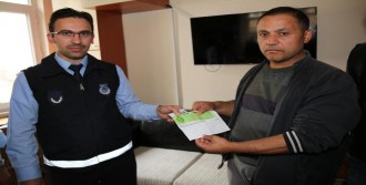 Yolda Bulduğu 158 Bin Liralık Çek Ve Senedi Zabıtaya Teslim Etti