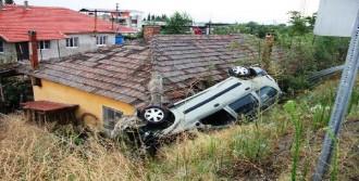 Yoldan Çıkan Otomobil Evin Çatısına Uçtu: 4 Yaralı