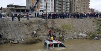 Yüksekova'da Araç Dereye Uçtu