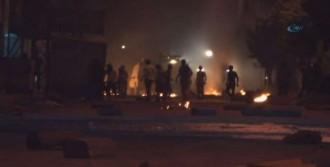 Gösterici Ve Polis Arasında  Gerginlik