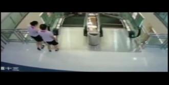 Yürüyen Merdivene Sıkışarak Can Verdi