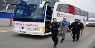 Futbolcuları Taşıyan Otobüse Taşlı Saldırı