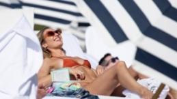 Candice Swanepoel kırmızı bikinisiyle büyüledi
