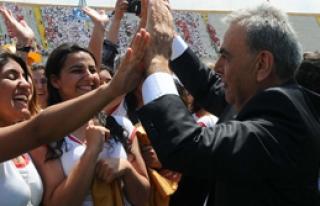 İzmir'de 19 Mayıs: Devlet Okulda, Belediyeler Alanlarda!...
