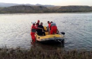 Murat Nehri'nde Mahsur Kalan Çobanı Akut Kurtardı