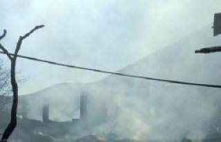Yusufeli'nde Yangın: 8 Ev Kül Oldu