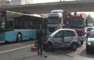 Otomobil, Halk Otobüsüne Çarptı: 1 Yaralı