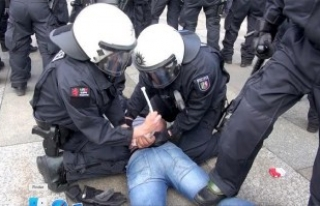 Almanya'da Taşkınlık Yapan Pkk Yandaşlarına Polis...