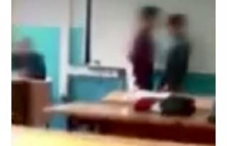 İki öğrenciyi kavga ettiren öğretmene bakın...