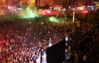 Akhisar, tüm gece kupayı kutladı!