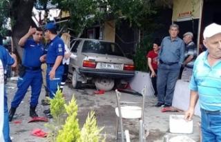 İzmir'de otomobil kahveye daldı: Feci şekilde...