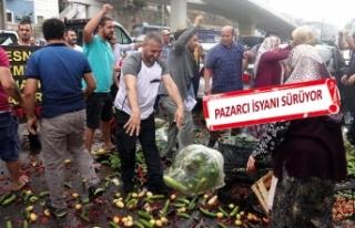 Kasalarca sebze, belediye önüne atıldı