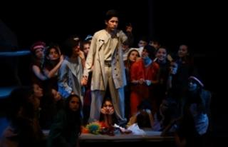 Kursiyerlerin sahne performansı Bornovalı tiyatroseverleri...