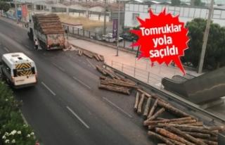 İzmir'de TIR üst geçide çarptı