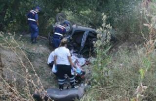 Otomobil şarampole devrildi: 2 ölü 3 yaralı
