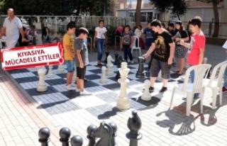 Bayraklı'da satranç sevgisi sokağa taştı!