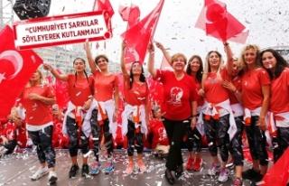 Konak'ta binlerce kadın Cumhuriyeti dans ederek...