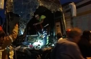 Yolcu otobüsü TIR'a çarptı: Çok sayıda yaralı...