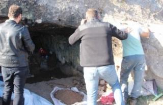 """Kaya mezarı kazarken yakalandı: """"kazmıyorum,..."""
