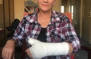 Pansuman için gittiği hastanede parmağı kırıldı,...